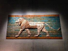 闊歩するライオン(女神イシュタルの神聖な獣)