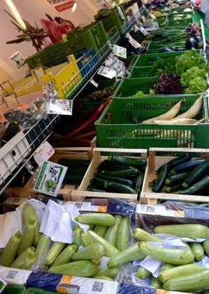 トルコ系スーパーの店先(野菜コーナー)