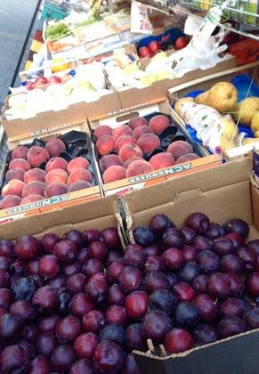 トルコ系スーパーの店先(果物コーナー)