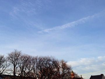 窓から見た冬の空と雲