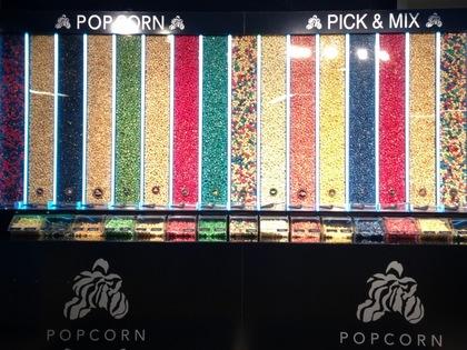 カラフルな映画館のポップコーン