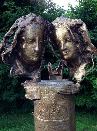 ブルーテンブルク城の入口前にある男女の顏の彫刻(ミュンヘン)