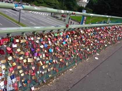 ハンブルク港近くの橋の愛の錠前